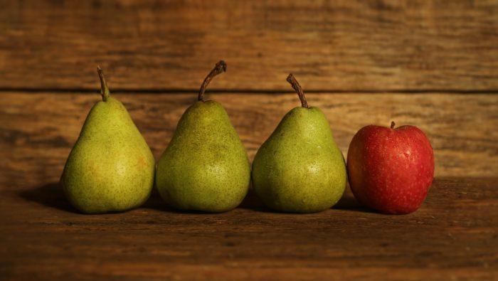 洋ナシと林檎を飾る