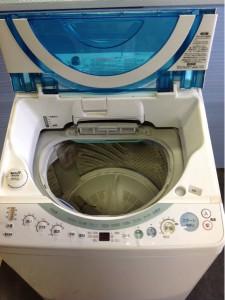 洗濯機の蓋を開ける